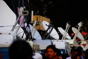進行反服貿佔領國會運動現場轉播的各家新聞台SNG車與天線(攝影/李瑞光)