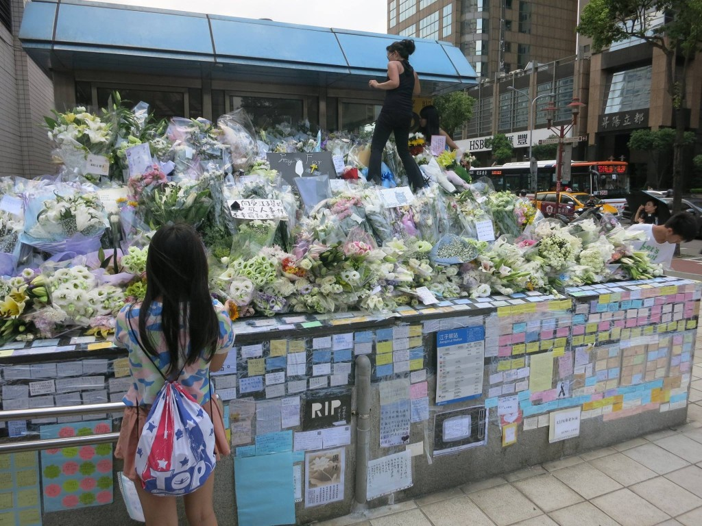 圖為事發之後台北捷運板南線江子翠站三號出口的獻花與留言情形。攝影/公民記者大暴龍