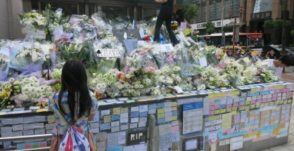图为事发之后台北捷运板南线江子翠站三号出口的献花与留言情形。摄影/公民记者大暴龙