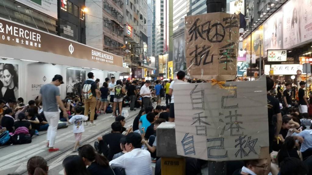一齊走過香港雨傘革命現場。攝影/愛港人士