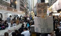 一位父親牽著孩子的手走過香港雨傘革命現場。攝影/愛港人士