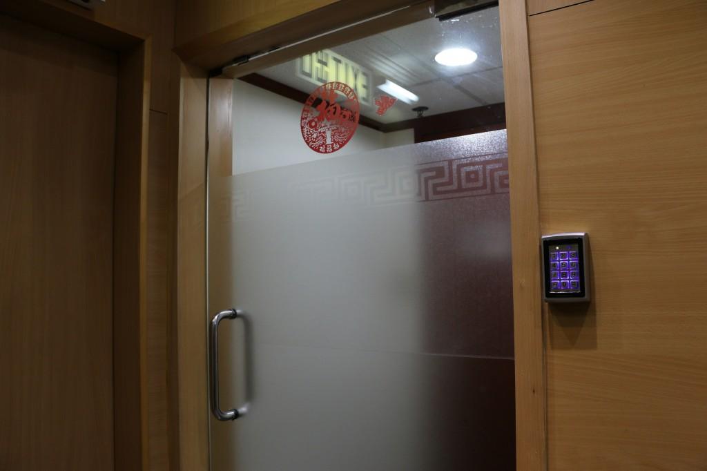 由於香港獨立媒體曾經遭遇暴徒闖入辦公室砸毀電腦的暴力事件,852郵報成立之初就警覺安全問題,設下兩道門與電子鎖做為防護。在走廊的廁所每次使用前也都需要開鎖,以保持安全。