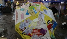 香港雨傘革命尖沙嘴現場,貼滿了標語的雨傘。攝影/戴瑜慧