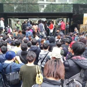 """苦排不到票的消費群眾參與的""""江蕙事變""""現場。熱情臉友路過提供"""