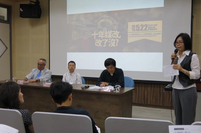 吳豐山在媒體公民會議中主張仿效南韓隨電費徵收公共電視收視費,壯大並確保本國製作節目之經費基礎。攝影/林麗雲