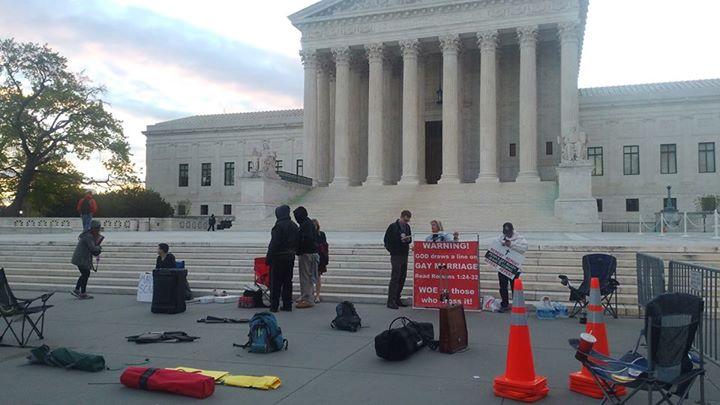 美國聯邦最高法院外請願者正在準備或收拾東西