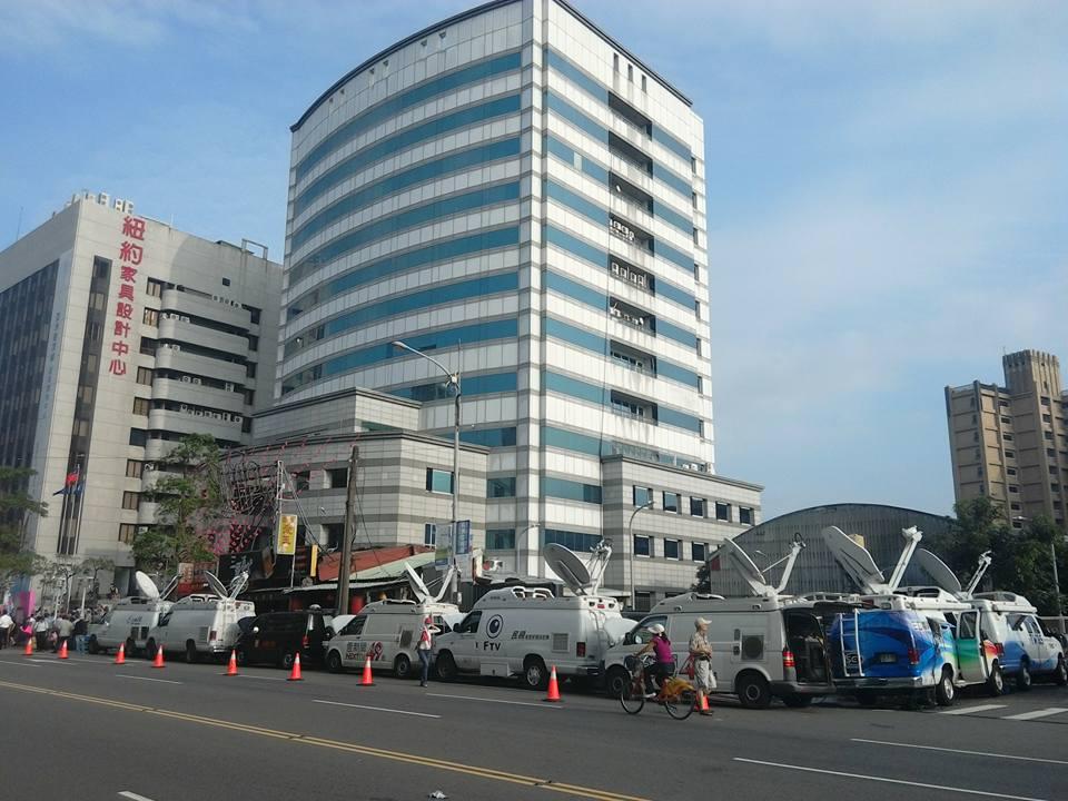 國民黨即將換柱前,中央黨部外各家新聞台的即時轉播車。