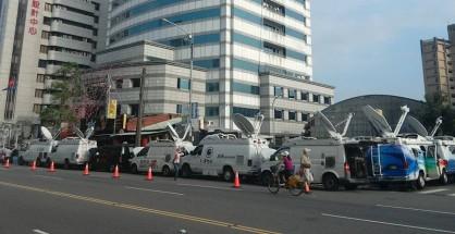國民黨中常會通過換柱提案時,場外各家新聞台的即時轉播車。