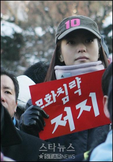 2006年韓國明星金喜善參與抗議銀幕配額下降。