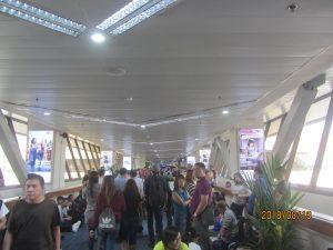 菲国最大机场居然只有一俱没有资讯显示的航班到站萤幕与焦虑等待的人潮 形成极大对比