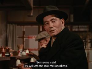小津安二郎电影《早安》(お早よう)片段,林先生在酒馆里表达他对电视的看法:「据说电视将创造一亿个笨蛋」但他最后还是买电视给孩子们了。