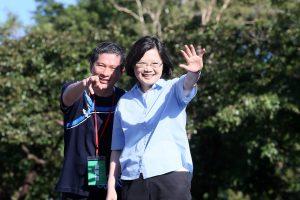 文化部長李永得(左)。照片授權:CC BY 2.0 (KOKUYO)