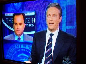 Jon Stewart主持的《The Daily Show》完美结合批判立场与娱乐。图片授权:CC BY-ND 2.0 (spablab)