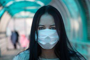 女性一向在正式與非正式的照顧工作上擔負的角色,使其成為疫病肆虐中的受害者。圖片授權:www.vperemen.com (CC BY-SA 4.0)