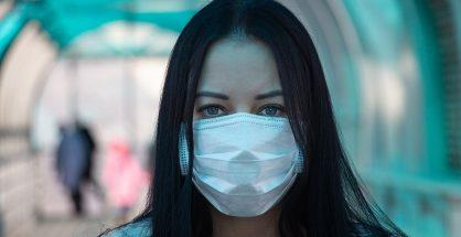 女性一向在正式与非正式的照顾工作上担负的角色,使其成为疫病肆虐中的受害者。图片授权:www.vperemen.com (CC BY-SA 4.0)